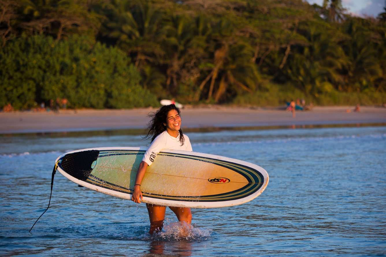 Aprenda a surfear en Costa Rica